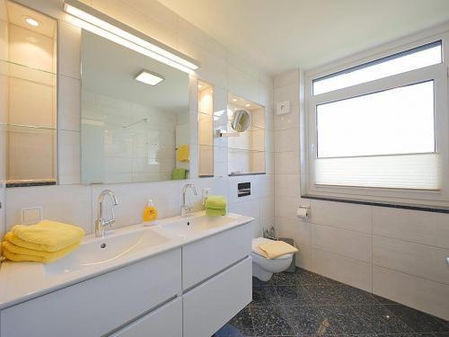 App 1 Bad  mit Doppelwaschbecken und Kosmetikspiegel