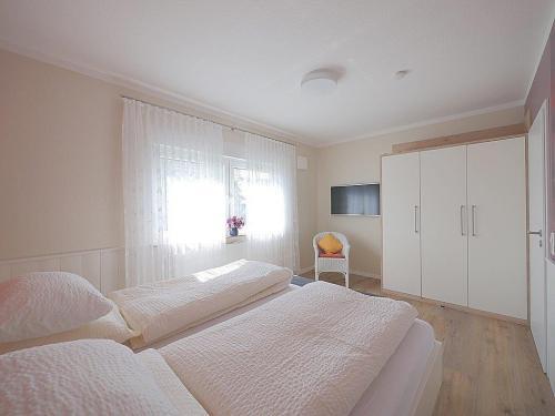 App 1 Schlafzimmer mit TV undKleiderschrank
